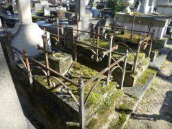 Entourages de tombes et porte-couronnes – Division 46 – Cimetière du Père Lachaise – Paris (75020)