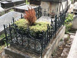 Entourages de tombes et porte-couronnes – Division 65 – Cimetière du Père Lachaise – Paris (75020)