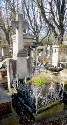 Entourages de tombes et porte-couronnes – Cimetière du Père-Lachaise – Division 80 – Paris (75020)