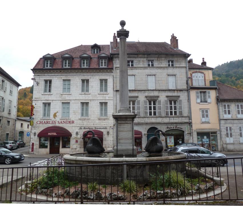 Fontaine aux cygnes rue de la r publique salins les bains for Rue des bains