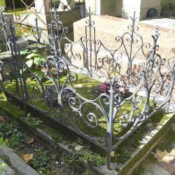 Ornements de sépulture (entourages de tombe 2) – Division 85 – Cimetière du Père-Lachaise – Paris (75020)