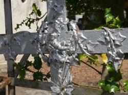 Croix ornées des symboles de la foi – Cimetière de la ville – Cahors