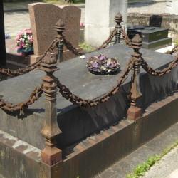 Ornements de sépulture (entourages – 1) – Division 95 – Cimetière du Père Lachaise – Paris (75020)