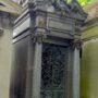 Corbeilles, ornements et croix - Division 70 - Cimetière du Père Lachaise - Paris (75020) - Image18