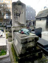 Chien couché de la sépulture Pitron – Cimetière de Montmartre – Paris (75018)