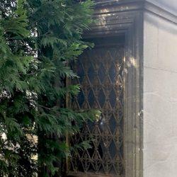 Portes de chapelles sépulcrales (2) – Division 42 – Cimetière du Père Lachaise – Paris (75020)