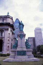 Monument de Monseigneur Bourget – Boulevard René-Levesque – Montréal – Canada