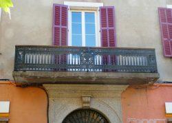 Balcon et archivolte – Place Pascal Paoli – L'Île-Rousse