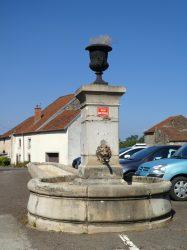 Fontaine avec vase – Rue du Moulin de Champdamoy – Quincey