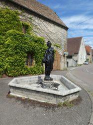 Fontaine avec statue – Grande Rue – Montmirey-le-Château