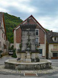Fontaine aux dauphins – Rue Neuve – Conliège