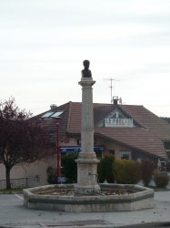 Fontaine Napoléon – Place de la Mairie – La Chaux-du-Dombief
